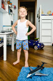Garçon heureux se tenant à la maison avec des jouets autour images stock