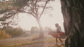 Petit garçon heureux d'aviateur courant dans la forêt de coucher du soleil jouant le pilote dans l'avion de carton d'amusement av banque de vidéos