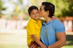 Petit garçon heureux et son papa photo stock