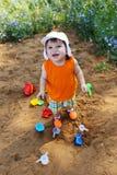 Petit garçon heureux jouant avec le sable sur le terrain de jeu Images libres de droits
