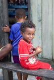 Petit garçon indigène heureux avec des biscuits dans des ses mains Photo libre de droits