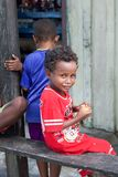 Petit garçon indigène heureux avec des biscuits dans des ses mains Photos libres de droits