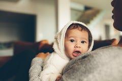 Petit garçon innocent sur son coffre du ` s de mère Photographie stock