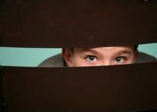 Petit garçon jetant un coup d'oeil à l'extérieur photo libre de droits