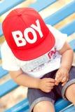 Petit garçon jouant à l'extérieur Images stock