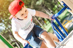 Petit garçon jouant à l'extérieur Photographie stock