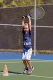 Petit garçon jouant au tennis Photographie stock