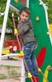 Petit garçon jouant au terrain de jeu Image libre de droits