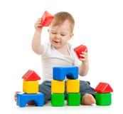 Petit garçon jouant avec des modules  Image libre de droits