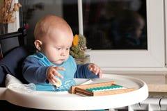 Petit garçon jouant avec l'abaque d'intérieur Photos stock