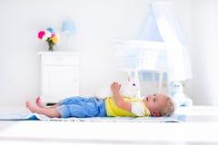 Petit garçon jouant avec l'animal familier de lapin Photos libres de droits