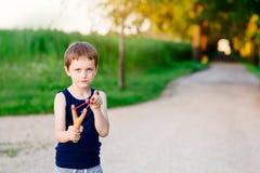 Petit garçon jouant avec la fronde photographie stock libre de droits