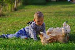 Petit garçon jouant avec le chien 3 Images libres de droits