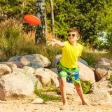 Petit garçon jouant avec le disque de frisbee photos stock