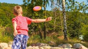 Petit garçon jouant avec le disque de frisbee Image libre de droits