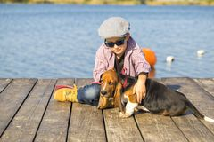 Petit garçon jouant avec son chien par la rivière Photographie stock