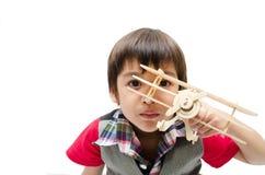 Petit garçon jouant avec un avion de jouet sur le backgr blanc Photographie stock
