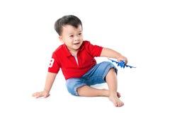 Petit garçon jouant avec un avion de jouet sur le backgr blanc Photo stock