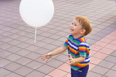 Petit garçon jouant avec un ballon Image stock