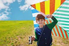 Petit garçon jouant avec un cerf-volant de vol Photos stock