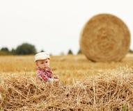 Petit garçon jouant dans un chapeau de cowboy sur la nature Image stock