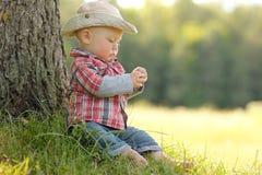 Petit garçon jouant dans un chapeau de cowboy sur la nature Image libre de droits