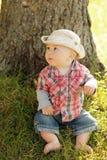 Petit garçon jouant dans un chapeau de cowboy sur la nature Photographie stock libre de droits