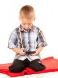 Petit garçon jouant des jeux sur le smartphone Image libre de droits
