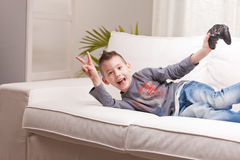 Petit garçon jouant des jeux vidéo Image libre de droits