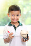 Petit garçon jouant l'avion avec un globe Photos stock