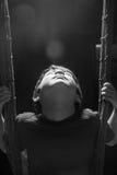 Petit garçon jouant la lumière d'intérieur de jante d'oscillation photo stock