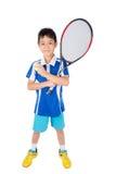 Petit garçon jouant la raquette et la balle de tennis de tennis à disposition Images stock