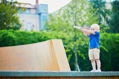 Petit garçon jouant le badminton avec la maman sur le terrain de jeu Photographie stock