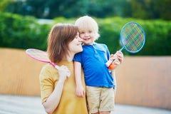 Petit garçon jouant le badminton avec la maman sur le terrain de jeu Photos libres de droits