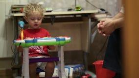 Petit garçon jouant le piano de jouet. clips vidéos