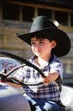 Petit garçon jouant sur l'entraîneur du père Image libre de droits