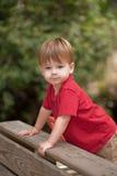 Petit garçon jouant sur la cour de jeu Image libre de droits