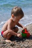 Petit garçon jouant sur la plage Images libres de droits