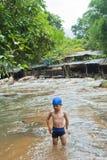 Petit garçon jouant sur la rivière Photographie stock libre de droits