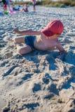 Petit garçon jouant sur le bord de la mer Photographie stock libre de droits