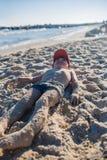 Petit garçon jouant sur le bord de la mer Photo stock