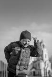 Petit garçon jouant sur le terrain de jeu de sport Photos stock