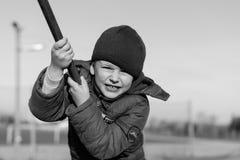 Petit garçon jouant sur le terrain de jeu de sport Image stock