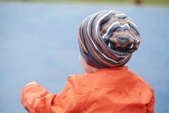 Petit garçon jouant sur le terrain de jeu en parc d'automne Photographie stock libre de droits