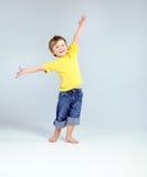 Petit garçon joyeux jouant un avion Image stock