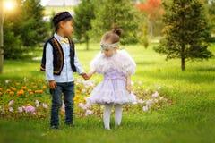 Petit garçon kazakh et fille jouant ensemble Images libres de droits