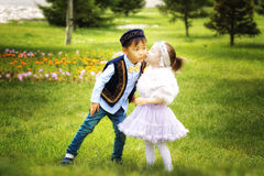 Petit garçon kazakh et fille jouant ensemble Photos stock