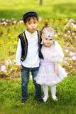 Petit garçon kazakh et fille jouant ensemble Photo stock