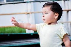 Petit garçon latin sérieux dehors Images libres de droits