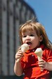 Petit garçon mangeant la crème glacée  Image stock